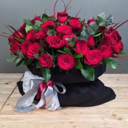 Σύνθεση Μαύρο Πουγκί 40 Κόκκινα Τριαντάφυλλα