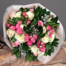 Μπουκέτο Λουλούδια Λευκά Ροζ Σομόν Τριαντάφυλλα Μίνι & Silver Brunia