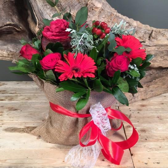 Σύνθεση Πουγκί Τσουβάλι Κόκκινα Τριαντάφυλλα Ζέρμπερες Μπράσικα Υπέρικουμ