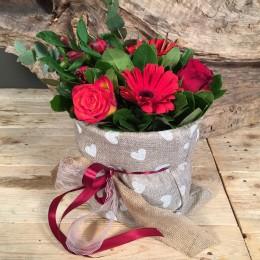 Σύνθεση Πουγκί Τσουβάλι Κόκκινα Τριαντάφυλλα Ζέρμπερες Αλστρομέρια