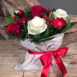 Σύνθεση Λουλούδια Πουγκί Ιβουάρ Κόκκινα Λευκά Τριαντάφυλλα