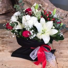 Σύνθεση Μαύρο Πουγκί Τριαντάφυλλα Λίλιουμ Χρυσάνθεμα Υπέρικουμ