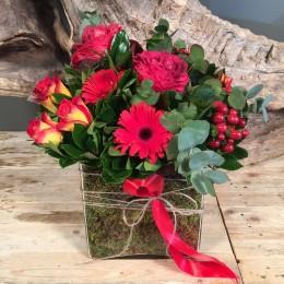 Σύνθεση Τετράγωνη Γυάλα Μούσκλι Κόκκινα Λουλούδια