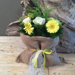 Σύνθεση Σε Πουγκί Από Τσουβάλι Με Λουλούδια