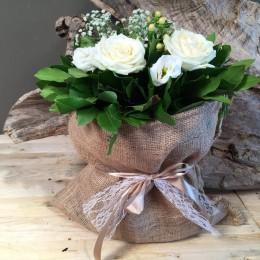 Συνθεση Σε Πουγκί Από Τσουβάλι Με Λευκά Λουλούδια
