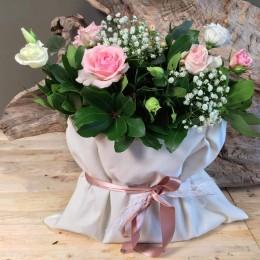Συνθεση Σε Πουγκί Με Λευκά Και Ροζ Λουλούδια