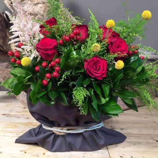 Σύνθεση Πουγκί Γκρι Καπαρντίνα Κόκκινα Λουλούδια Κίτρινες Λεπτομέρειες