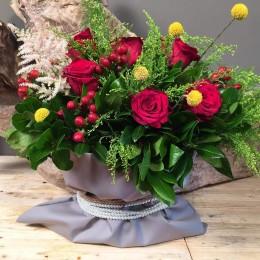 Σύνθεση Σε Πουγκί Με Κόκκινα Λουλούδια & Κίτρινες Λεπτομέρειες