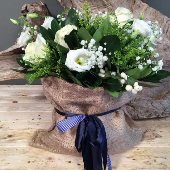 Σύνθεση Πουγκί Τσουβάλι Λευκά Τριαντάφυλλα Λυσίανθο Συμφορίκαρπο