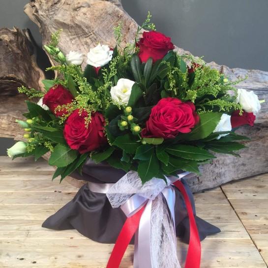 Σύνθεση Πουγκί Γκρι Καπαρντίνα Κόκκινα Λευκά Λουλούδια