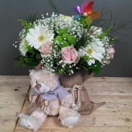 Σύνθεση Πουγκί Τσουβάλι Χρυσάνθεμα Τριαντάφυλλα Ζέρμπερες Για Γέννηση