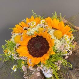 Ανθοδέσμη Γάμου Ήλιοι Τραχίλιουμ Κρασπέντια Λιμόνιουμ Χαμομήλι