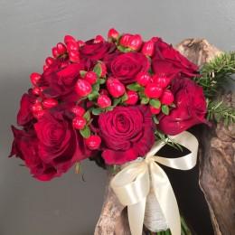Μπουκέτο Τριαντάφυλλα Κόκκινα Υπέρικουμ Πρασινάδα