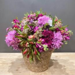 Σύνθεση Ψάθινο Καλάθι Ανοιξιάτικα Λουλούδια