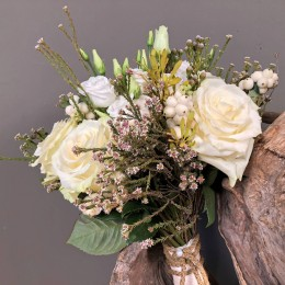 fa339e86ee05 Νυφική Ανθοδέσμη Γάμου Λευκά Τριαντάφυλλα Λυσίανθο Συμφορίκαρπο Σαφάρι