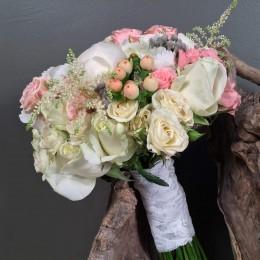 Νυφικό Μπουκέτο Γάμου Λευκές Ορτανσίες Παιώνιες Λεπτομέρεια Ροζ