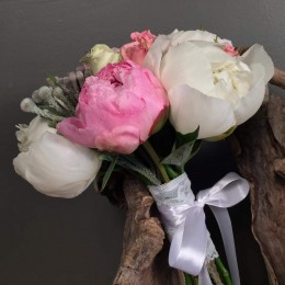 Νυφικό Μπουκέτο Γάμου Λευκές Ροζ Παιώνιες & Silver Brunia