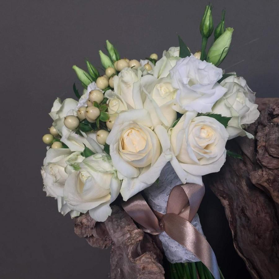 396623f683c3 Νυφικό Μπουκέτο Ανθοδέσμη Γάμου Με Λευκά Τριαντάφυλλα Λυσίανθο ...