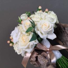 Νυφικό Μπουκέτο Γάμου Λευκά & Λεπτομέρεια Ροζ Λουλούδια