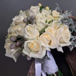 Μπουκέτο Γάμου Λευκά Τριαντάφυλλα Υπέρικουμ Silver Brunia Dusty Miller
