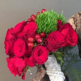 Χειμωνιάτικο Νυφικό Μπουκέτο Γάμου Κόκκινα Τριαντάφυλλα & Green Trick