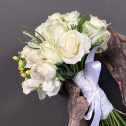 Νυφικό Μπουκέτο Γάμου Λευκά Λουλούδια΄& Μπεζ Υπέρικουμ