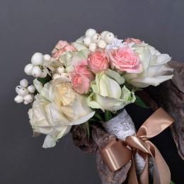 Νυφικό Μπουκέτο Γάμου Λευκά Ροζ Τριαντάφυλλα Συμφορίκαρπο