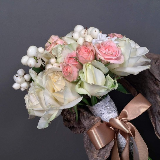Νυφική Ανθοδέσμη Γάμου Λευκά Ροζ Τριαντάφυλλα Συμφορίκαρπο