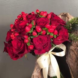 Νυφική Ανθοδέσμη Γάμου Κόκκινα Τριαντάφυλλα Υπέρικουμ Έλατο