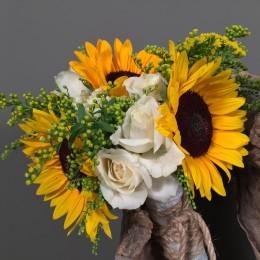 Νυφική Ανθοδέσμη Γάμου Ήλιοι Λευκά Τριαντάφυλλα Σολιντάγκο