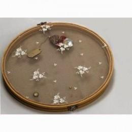 Στεφανοθήκη Ξύλινη Κορνίζα Πλεκτά Λευκά Λουλούδια Πέρλες